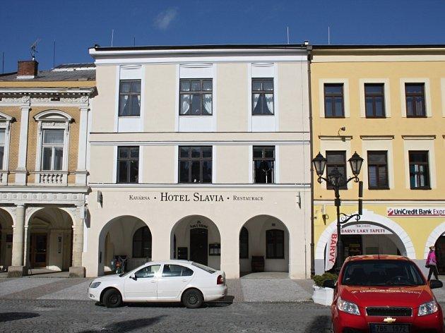 Hotel Slavia podle lidí i radnice nemá takovou návštěvnost, jak by se očekávalo. Na vině je prý několik faktorů, které město řeší s provozovateli.