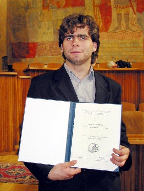 Vladimír Velešík v pondělí převzal v Praze cenu Učené společnosti České republika za vědeckou práci.