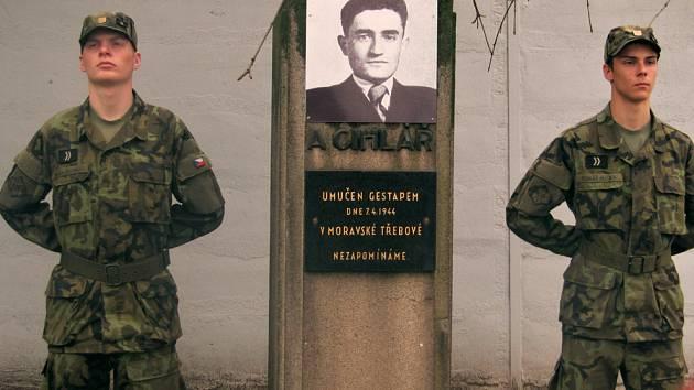 Čestná stráž u pomníku Adolfa Cihláře.