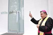 Martin Janda postavil v Osíku moderní galerii. V neděli 13. června jí požehnal arcibiskup Dominik  Duka. Na vernisáži nechyběl profesor Stanislav Kolíbal, který tu vystavuje Bílé kresby.