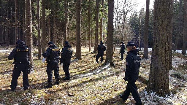 Desítky policistů pročesávají okolí továrny.