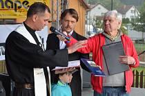 Knihu o dějinách Biskupic představili na kaléšku. Posvětil ji otec Tomasz Wójciak. Nechyběl ani autor Jiří Šmeral (uprostřed).