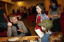Po besedě Leopold Sulovský rozdával podpisy a odpovídal na  zvídavé otázky.