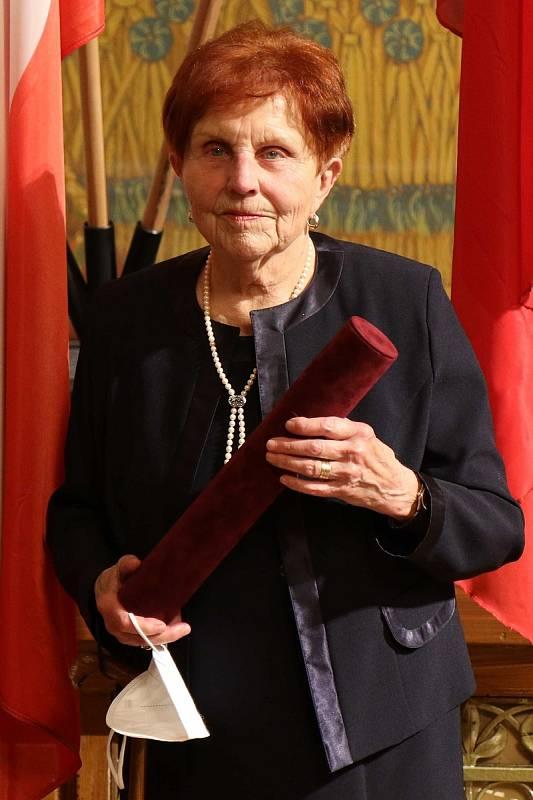 Eva Maršová byla oceněna za dlouholetou práci ve zdravotnictví, zásluhy v oboru plicního lékařství a lidský přístup k pacientům i kolegům.