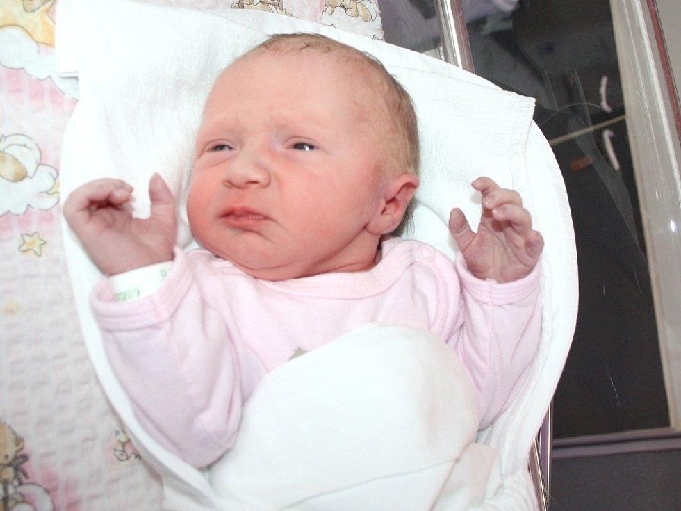 NIKOLA. Rodina Heleny a Martina a třináctiletého Davida z Vendolí se od 13. března 10 hodin raduje z narození Nikolky. Sestřičky ve Svitavské nemocnici jí  navážily tři kilogramy a naměřily 51 centimetrů.