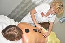 Jaroslava Neužilová odpočívala pod teplými kameny. Všichni se shodli, že masáž byla fantastická a určitě si ji rádi zopakují.