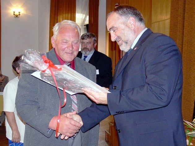 Ilustrační foto: LIDÉ  z venkova si Petra Šilara váží, neboť se jim snaží pomáhat.  Vloni nechyběl na oslavě Vesnice roku 2007 v Morašicích, kde se potkal se starostou Josefem Tmejem  z Chotěnova.