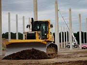 Daniel Tanno získal poslední parcelu v třebovské průmyslové zóně. Na stavbu haly pro strojírenskou výrobu si připil s Miroslavem Netolickým (vlevo). Ilustrační foto.