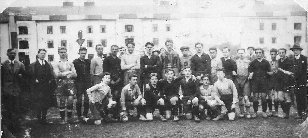 První doloženou zmínkou o fotbale v Moravské Třebové je fotografie z května 1924. Na snímku vidíte německý klub DFC (Mährisch Trübau), který podlehl Spartě Brno 1:4. V týmu soupeře nastoupil pozdější trenér Slovanu Artur Šťastný - Pohle (označen šipkou).