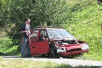 Mladík za volantem favoritu nevybral zatáčku, přerazil sloup elektrického vedení, sjel ze srázu  a převrátil se na střechu. Vysoukal se z vozu a chtěl uprchnout. Byl totiž opilý a neměl řidičák.