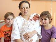 SIMONA DUSPIVOVÁ. Rodiče Jana a Lukáš a pětileté sestřičky Andrea a Jana  z Albrechtic se od 19. března 12.08 hodin radují z narození Simonky. Sestřičky ve svitavské porodnici jí navážily 3,2 kilogramu  a naměřily 49 centimetrů.