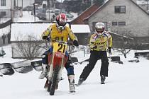 NOVINKY, KTERÉ pořadatelé zavedli do motoskijöringového šampionátu, se osvědčily a přispěly ke zdařilému průběhu.