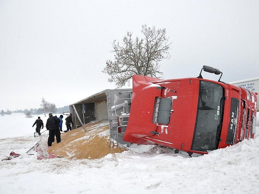 Nehoda kamionu zablokovala silnici u Mikulče.