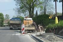 Výstavba chodníků v Lačnově.