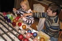Vlastnoručně ozdobené baňky na stromeček,  vánoční přání s vyšívaným lurexovým motivem nebo tričko s potiskem si odnášeli účastníci sobotních kreativních dílen z litomyšlské Naděje.