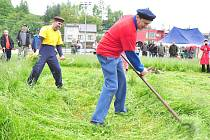 Sekáče neodradil v sobotu ani déšť, vzali kosy, hrábě a vydali se na  trávu. Předvedli, že to s kosou opravdu umí. Sekačky nebylo potřeba.