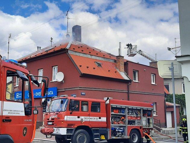Dnes dopoledne bylo ve Svitavách opravdu rušno. Ani ne hodinu po nahlášené bombě vbance na náměstí  vyjížděli hasiči kpožáru půdních prostor domu na rohu ulic Tyrše a Fügnera a T. G. Masaryka, objekt prodejny Okna Macek. 'Profesionální hasiči za asisten