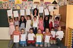 Prvňáčci ze Základní školy Kostelní náměstí v Moravské Třebové si v pátek odnesli domů své první  vysvědčení. Jejich učitelka Eva Šařecová z nich má radost.