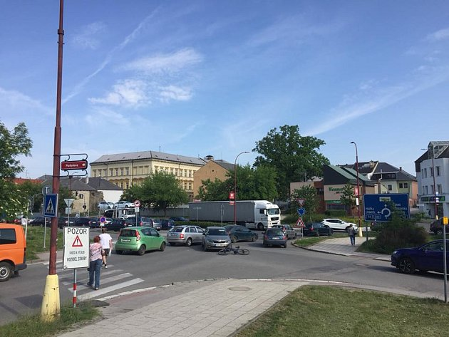 Srážka osobního auta s cyklistou na kruhovém objezdu ve Svitavách