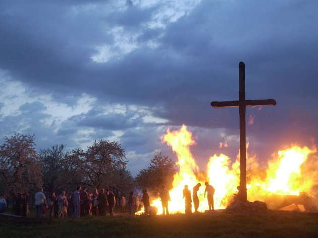 Pálení čarodejnic patří dodnes k velmi živým zvykům. Hasiči ovšem varují před požáry.