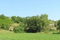 V NÁSPU. Pohled na vysoký násep u Boskovic s oběma mosty.