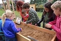 Školáci v Morašicích využívají při výuce arboretum a zdravou zahradu.