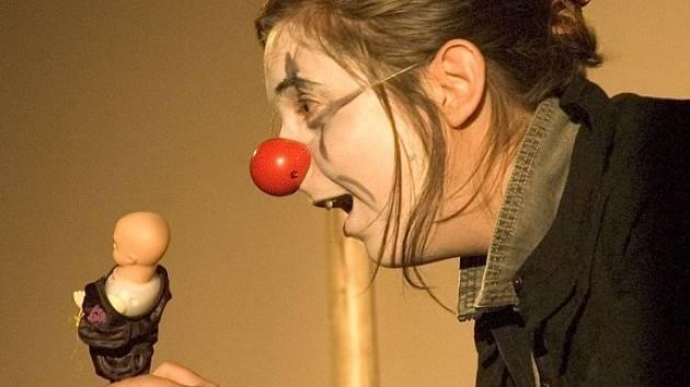 Inscenaci Cirkus v podání divadla DNO zhlédli diváci na festivalu Trnfest v roce 2005.
