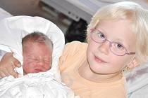 KAREL  LEINWEBER.  Chlapeček se narodil v Litomyšli 28. září ve 3.04 hodin. Vážil 3,25 kilogramu a měřil 49 centimetrů.  S čtyřletou sestřičkou Luckou bude vyrůstat v Bystrém.
