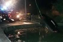 Auto zmizelo pod vodní hladinou
