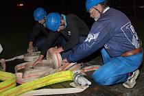 V Oldříši rozjeli hasiči novou tradici, soutěžili za tmy.