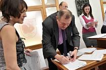 Česko-polský projekt Singletrack Glacensis je zpečetěn, ve čtvrtek 10. prosince dohodu o spolupráci podepsala tři česká města, svazek měst a obcí a osm polských gmin.