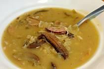 Zelná polévka se sušenými hříbky a kroupami.