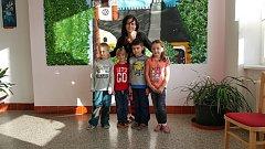 """""""Prvňáčci Adámek, Míša, Alenka a Eliška jsou velmi pilní, snaživí a šikovní. Znají již spoustu písmenek, začínají krásně číst a s matematikou si výborně poradili. Je radost pracovat s tak šikovnou partičkou děti,"""" říká třídní učitelka Elena Hrdličková."""
