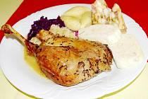 Pečenou husu připravili mladí kuchaři podle klasického receptu, jen s kmínem a solí.