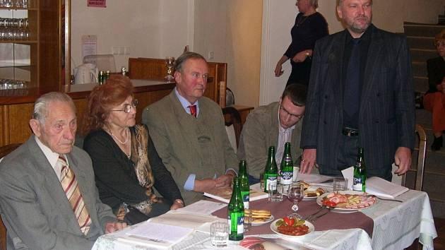 Oldřich Koudelka (bývalý vedoucí redaktor Novin Svitavska) představil v úterý v Lanškrouně svoji knihu Trénoval jsem Emila.