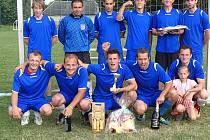 VÍTĚZOVÉ. Kolektiv pojmenovaný Slavoj Houslice osvědčil nejen dobrou formu při samotných zápasech, ale i spolehlivost při zahrávání penalt. Jinak by totiž na prvenství rozhodně nedosáhl.