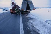 Na zledovatělé vozovce na I/35 u Janova havaroval  nákladní automobil s návěsem.