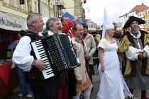 Setkání osobností a bujarý mejdan na náměstí v rámci litomyšlských oslav.