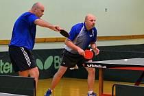 Úspěšnost ve čtyřhře si v posledním třetiligovém dějství v kalendářním roce 2011 výrazně vylepšili Tomáš Křepelka (vlevo) s Jaroslavem Špinarem. Vždy velmi důležité body z deblů získali proti Brnu i Znojmu.