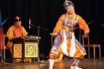 BUUZ A CHUŠÚR. Tradiční mongolská jídla mohli ochutnat všichni, kdo v pondělí přišli do svitavské Fabriky. Hudbu a tance představila hudební skupina Dunjingarav.
