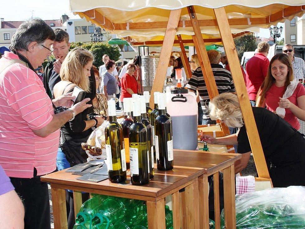 Burčák a víno ochutnávali lidé ve středu odpoledne na svitavském náměstí. Děti ho dostaly v přírodním stavu.