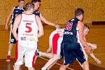 Bojovný výkon svitavských basketbalistů (v bílém) byl základním stavebním kamenem pro zdařilý vstup do sezony.