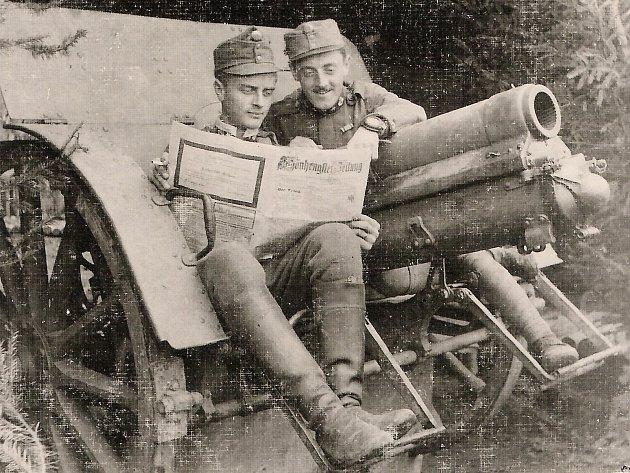 Vojáci rakousko-uherské armády Gustav Koppitz a Josef Winkler zMoravské Třebové čtou na ruské forntě vroce 1916místní noviny Schönhengster Zeitung.