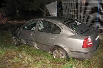 Opilý řidič skončil s autem na střeše.
