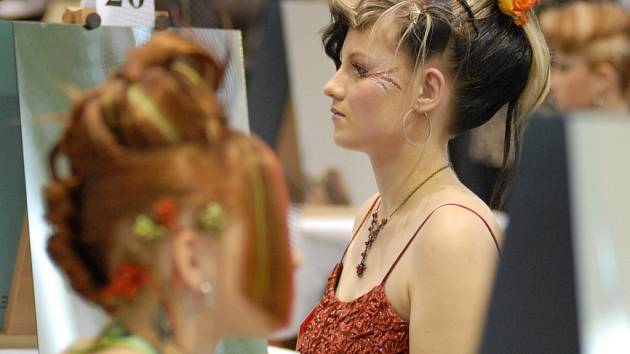 RŮŽE VE VLASECH má modelka kadeřnice Hany Pokorné z Poličky.