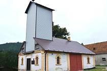 HASIČSKÁ ZBROJNICE v Rozstání má novou věž. Na původní si pochutnali brouci.