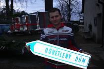 Václav Trunec použil na osvětlení domu kilometry kabelu.
