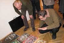 Petr Kmošek, docent královéhradecké katedry výtvarného umění, se ujal  role rádce a kritika. Výtvarným umělcům dával cenné rady.