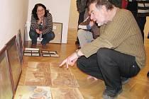 Petr Kmošek, docent královéhradecké katedry výtvarného umění, se v neděli ujal  role rádce a kritika. Výtvarným umělcům z okresu dával ve svitavském muzeu cenné  rady.