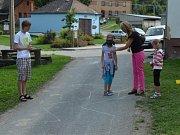 O PERNÍKOVÉ CHALOUPCE. Pohádkovým příběhem o Jeníčkovi a Mařence se zabavily děti v Baníně.